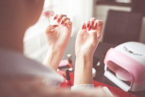 Renda extra Ideias para ganhar dinheiro com pouco investimento - Manicure