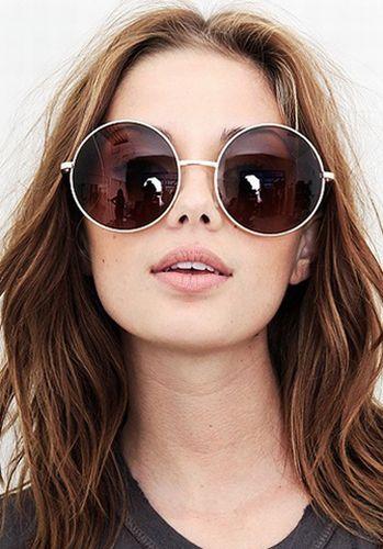 É tendência: Óculos com maxiarmações redondas