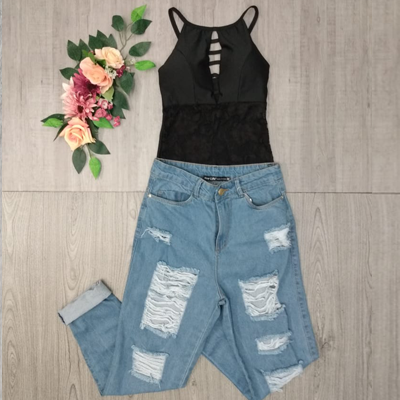 Cropped e calça jeans destroyed